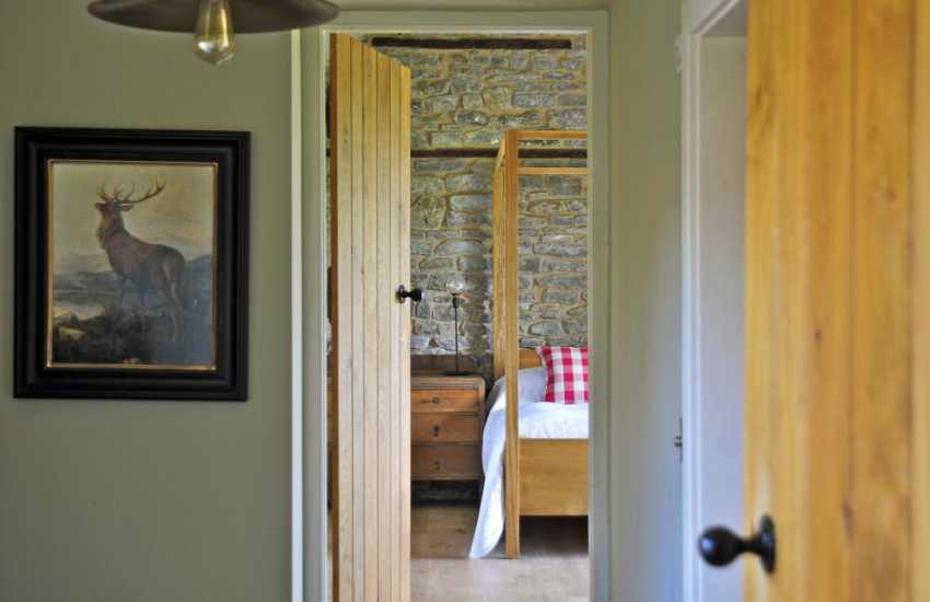 Black mountain luxury accommodation - kingsize bedroom