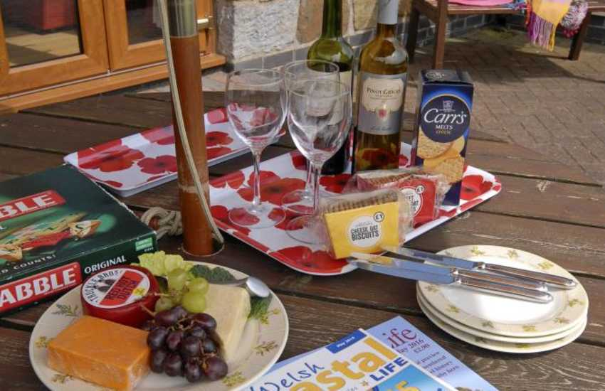 Cottage near Gower and Laugharne - alfresco dining on the patio