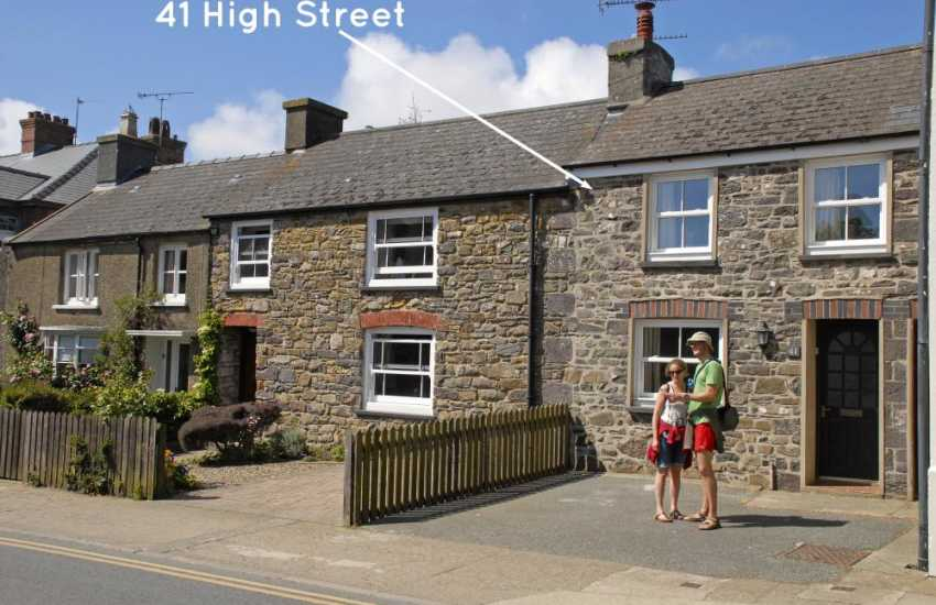 St Davids pet friendly cosy holiday cottage with parking