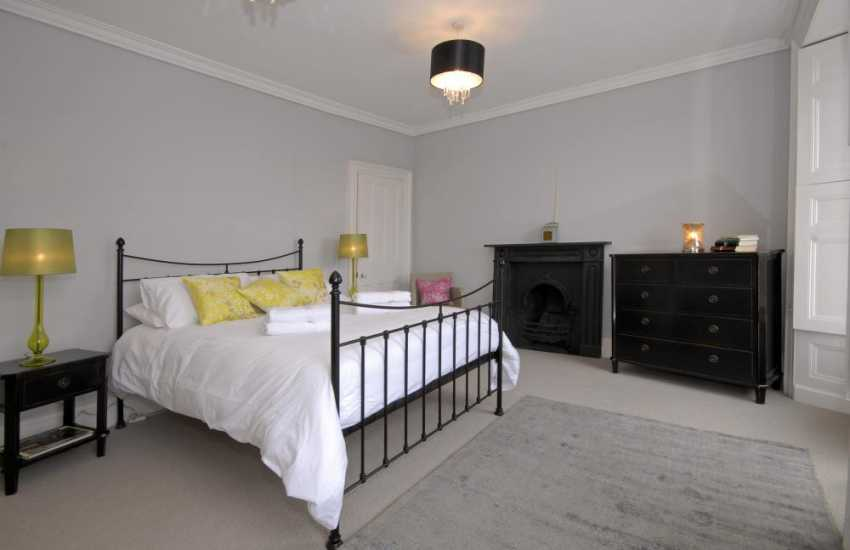 Tenby Harbour holiday home overlooking the sea - 2nd floor king size bedroom