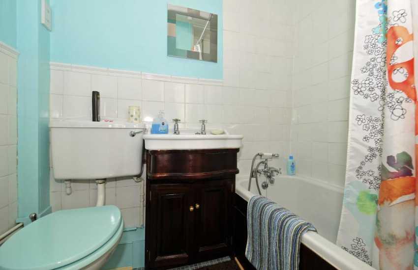Caernarfon holiday cottage - bathroom
