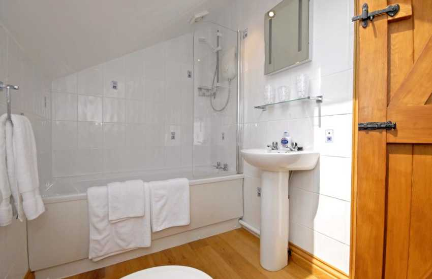 Laugharne holiday cottage - family bathroom