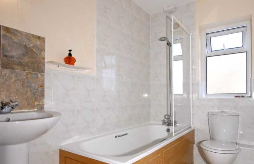 Cardigan Bay holiday cottage - ground floor family bathroom