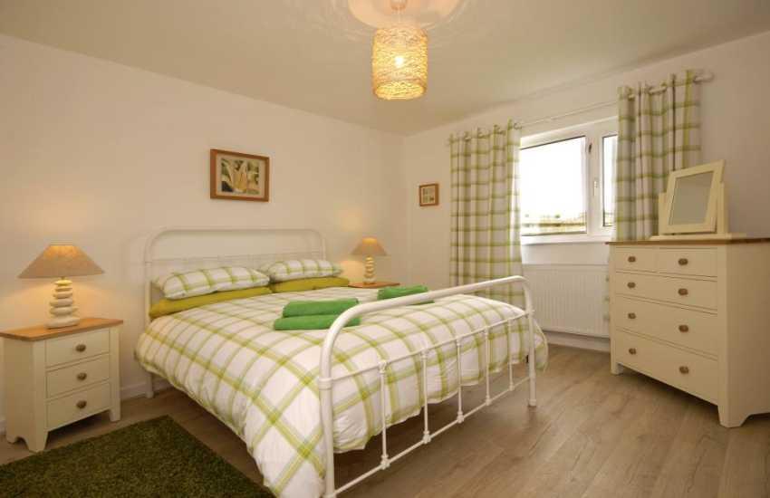 St Davids holiday cottage - ground floor king size master ensuite bedroom