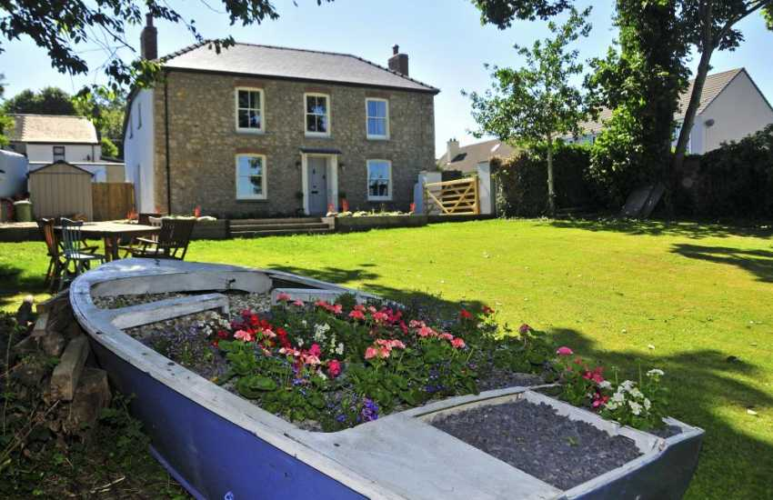 Pembrokeshire cottage with lawn gardens - dogs welcome