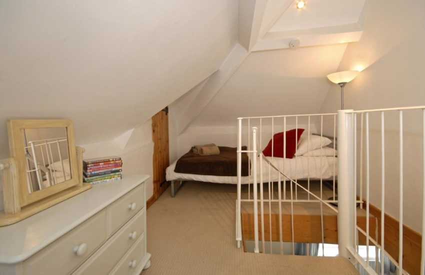 Three Cliffs Bay, Gower apartment sleeping 10 - loft twin bedroom