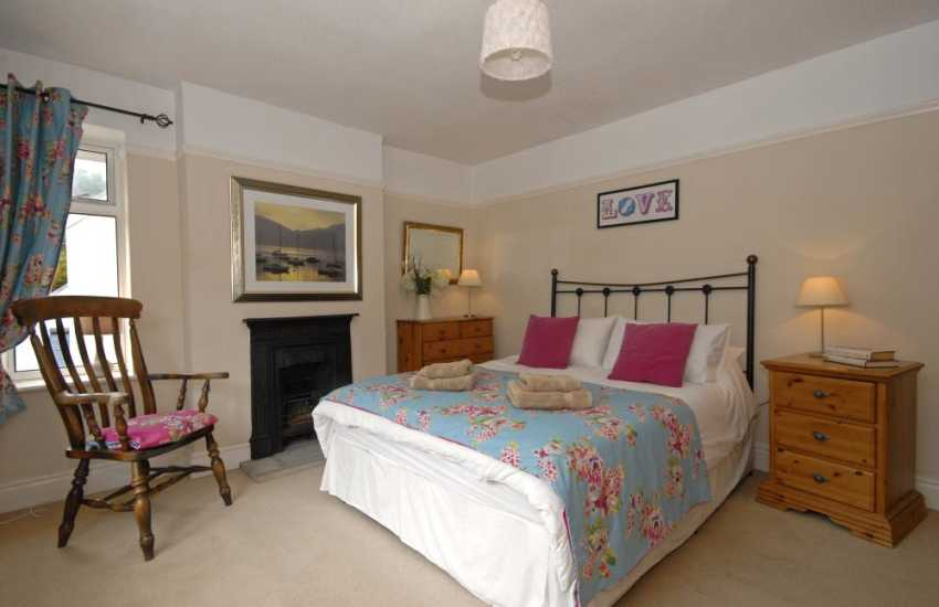 Three Cliffs Bay family holiday flat - master king size bedroom