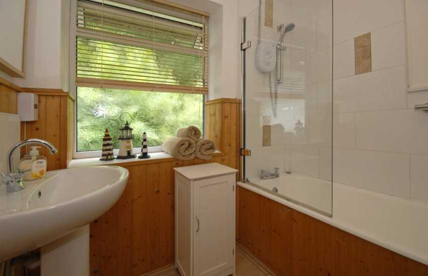 Gower holiday apartment - family bathroom with separate toilet