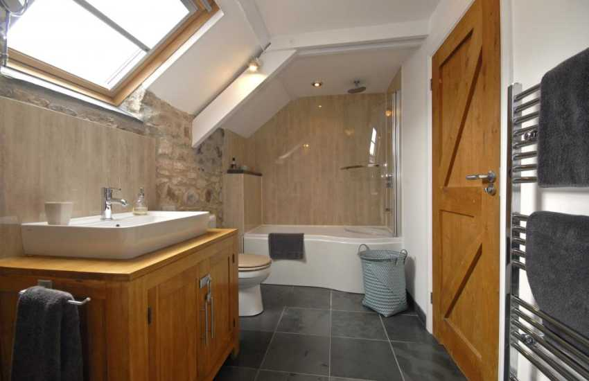 St Davids holiday home - Luxury en suite/Jack and Jill bathroom with shower over bath