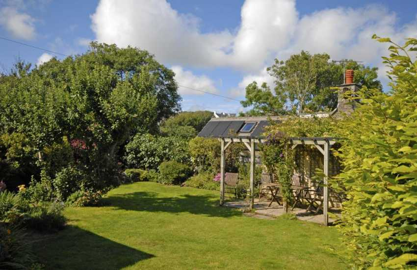 Solva holiday cottage with enclosed lawn gardens - dogs welcome