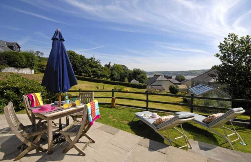 Llansteffan holiday home overlooking the beach and Tywi Estuary