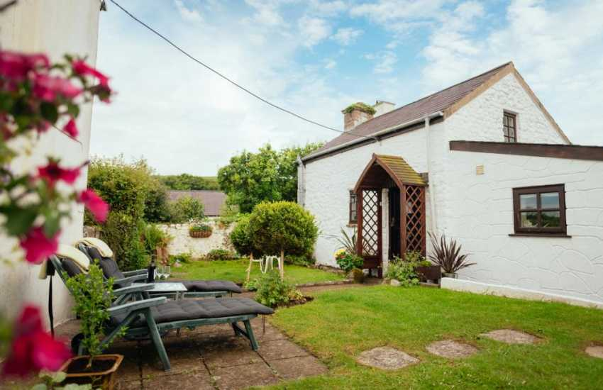 Welsh cottage holiday nearby Loughor Estuary - garden
