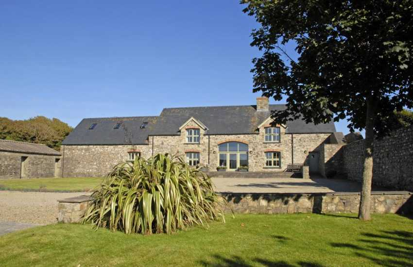 Solva - pet friendly modern spacious holiday home with large gardens
