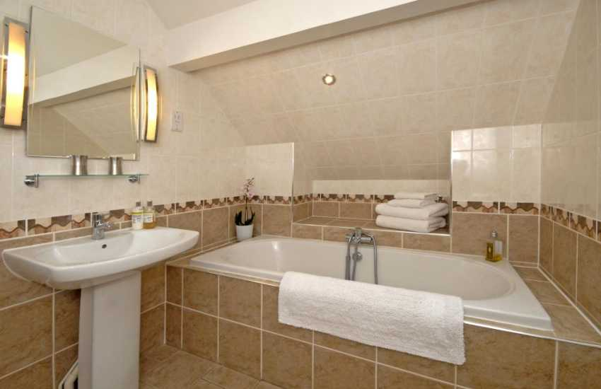 Solva holiday home - master king size en-suite bathroom with wet shower area