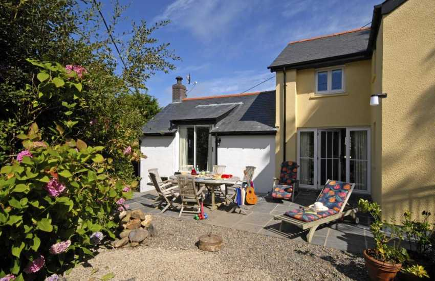 Coastal cottage Newport Pembrokeshire - garden and enclosed sheltered patio