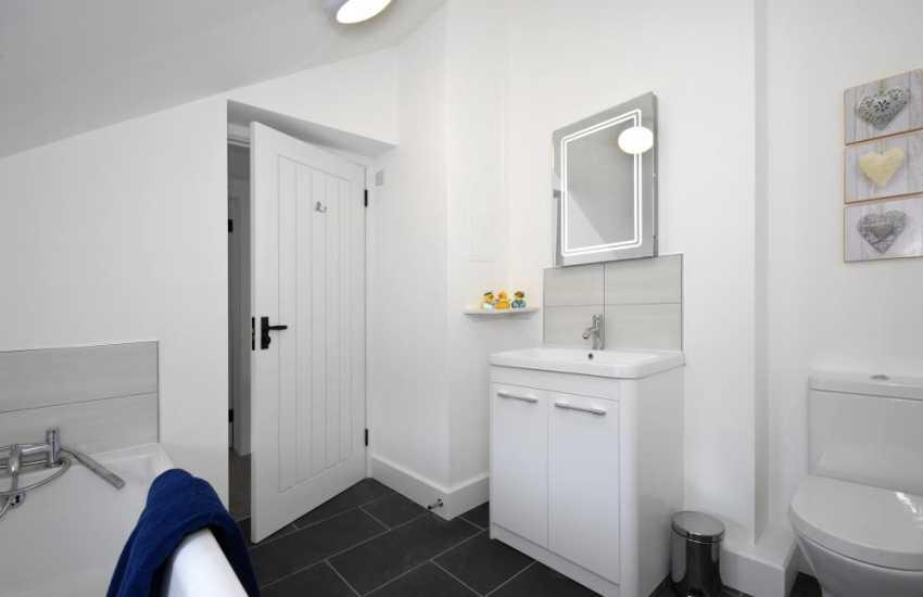 Newport holiday home - family bathroom