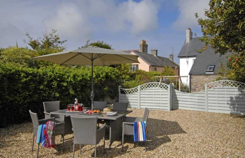 St Davids holiday home with enclosed rear gardens - dogs welcome