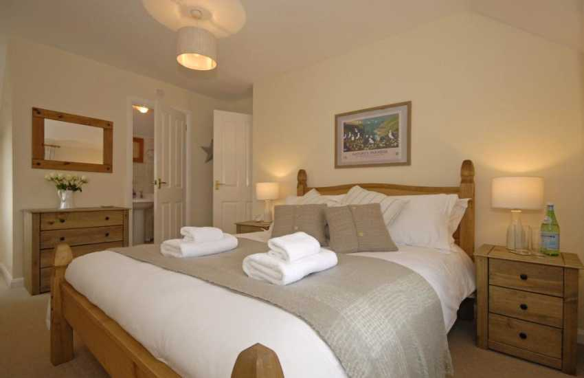 Pembrokeshire coastal cottage sleeps 6 - double en-suite master bedroom