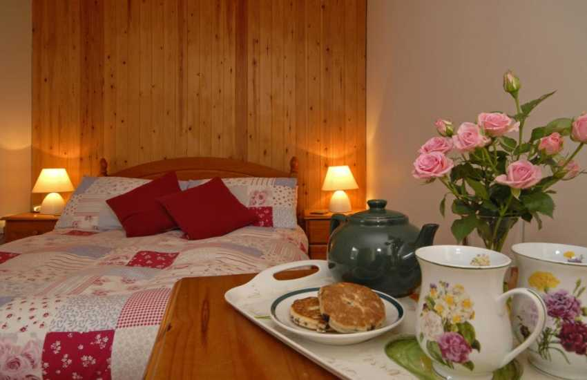Rural retreat Lawrenny holiday cottage - master bedroom