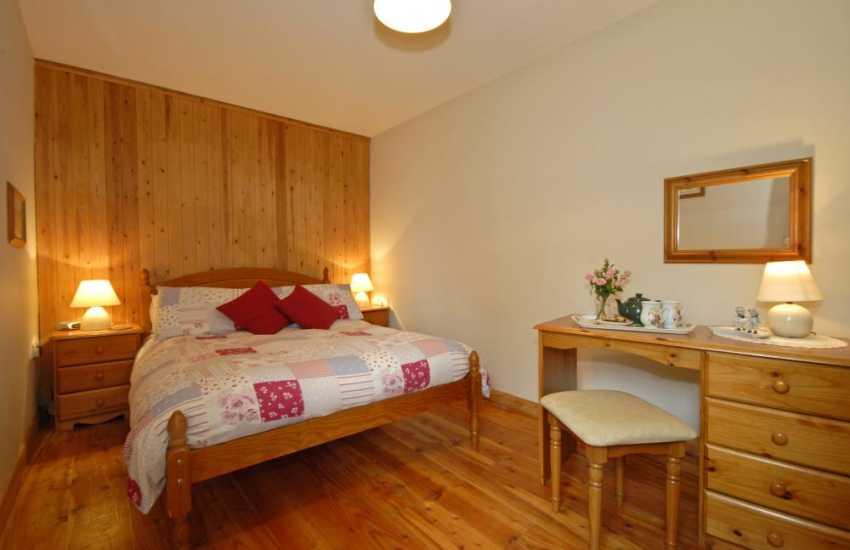 Lawrenny holiday cottage sleeps 4 - master en-suite bedroom