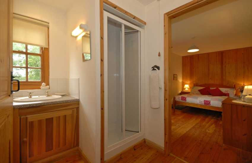 Cottage on the Secret Waterway, Llandshipping - en-suite master shower roo