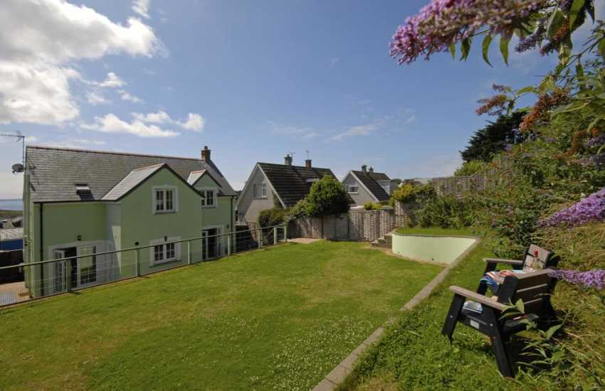 North Pembrokeshire holiday cottage with enclosed rear gardens and sea views