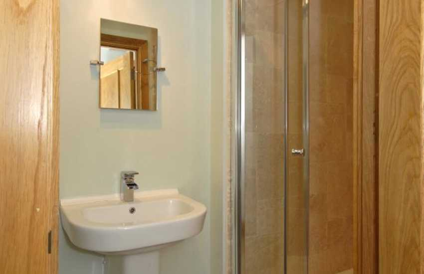 Solva holiday home - ground floor shower