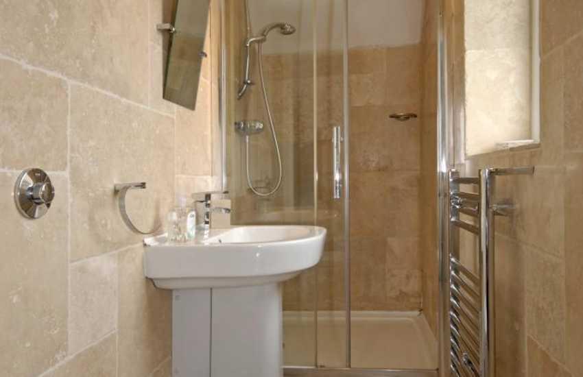 Solva holiday home - master en-site shower