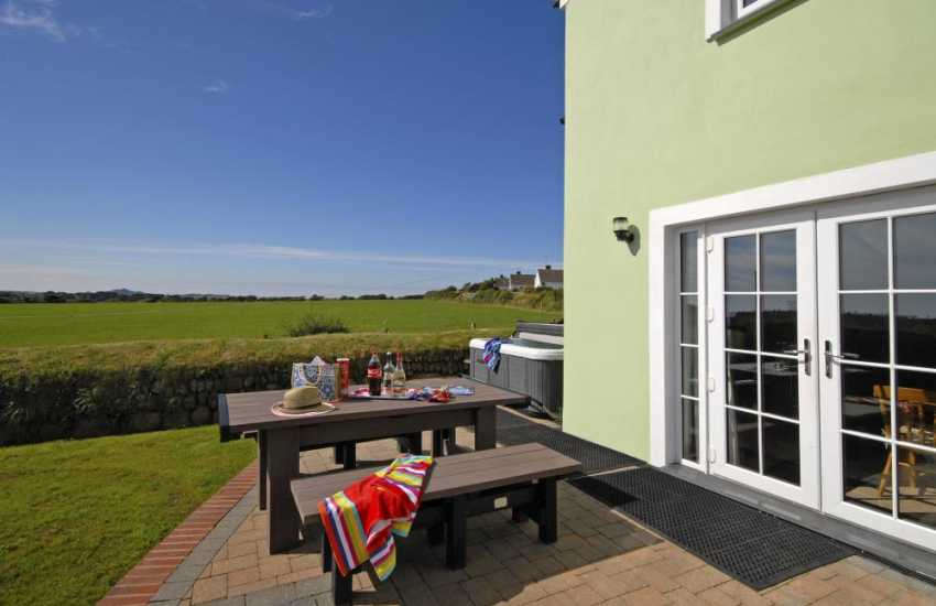Pet friendly North Pembrokeshire holiday cottage with enclosed rear garden and hot tub