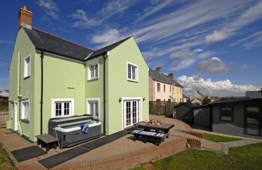 Solva spacious holiday cottage with hot tub and enclosed gardens - pets welcome