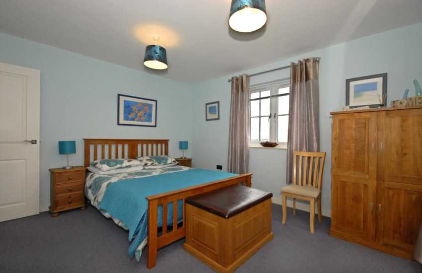 St Davids holiday house with hot tub - master king size bedroom with en-suite shower