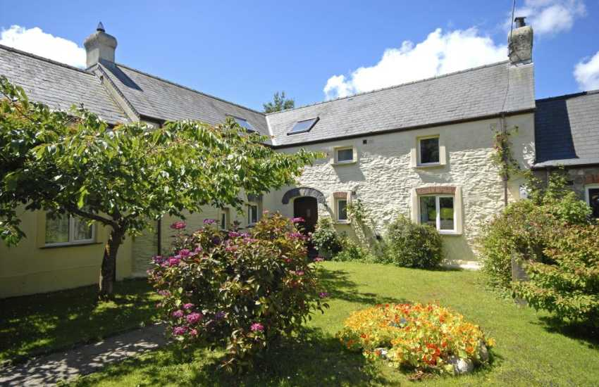 North Pembrokeshire holiday cottage with garden - pets welcome