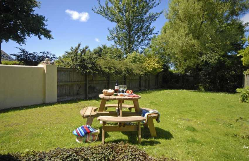 North Pembrokeshire holiday cottage with enclosed rear garden - dogs welcome