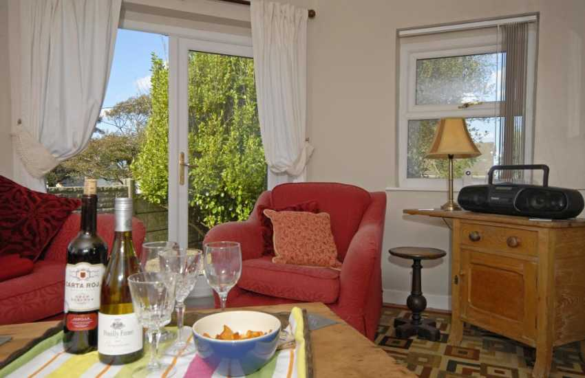 Abercastle holiday home - cosy garden room