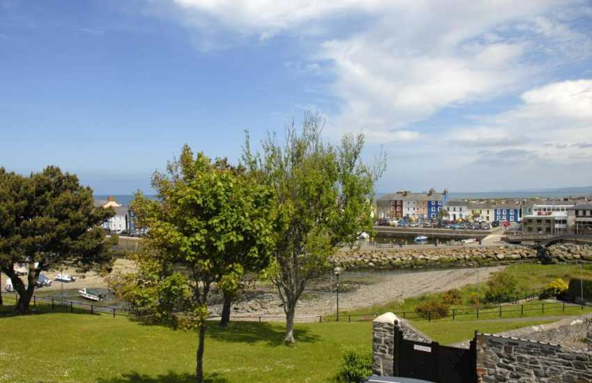 Enjoy fabululous views over Aberaeron's picturesque walled harbour from 'Cerniw'