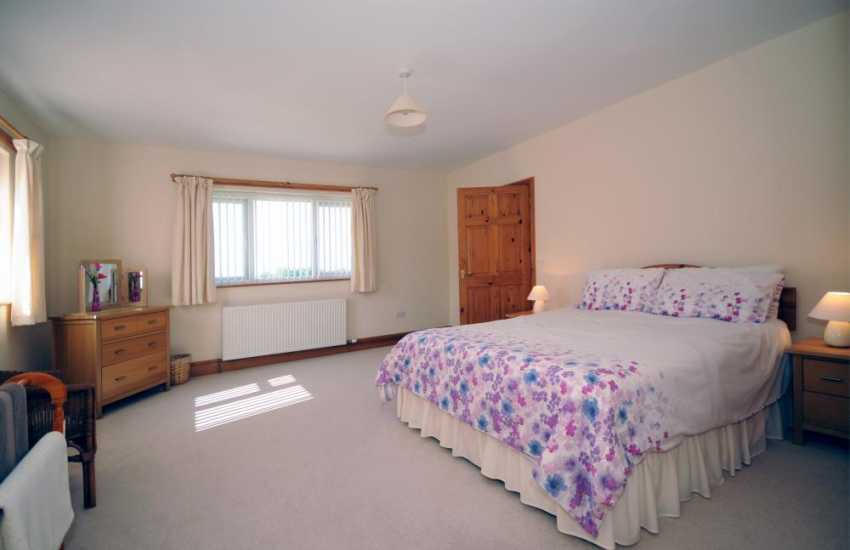 Pwllheli holiday house - en-suite bedroom