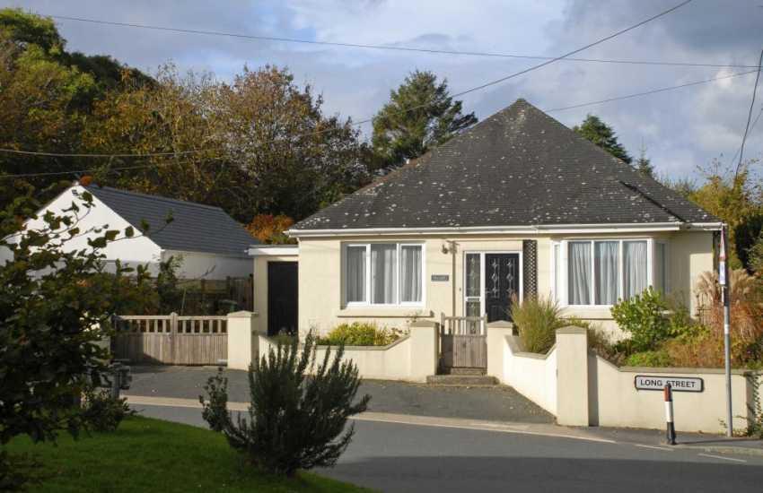 Newport, Pembrokeshire cosy holiday home a short walk from Nevern Estuary - sorry no pets
