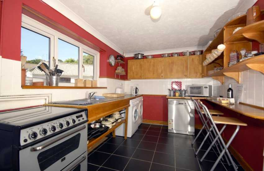 Holiday cottage near the North Beach, Tenby - kitchen