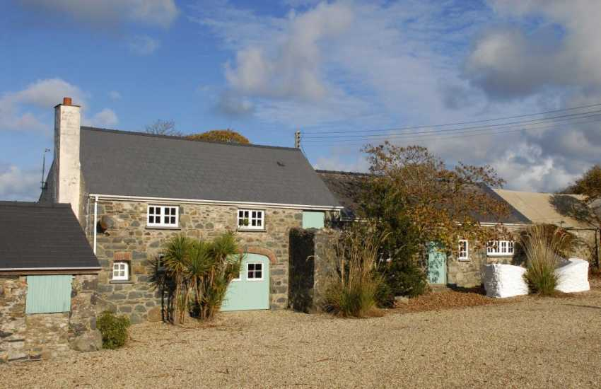 Solva, spacious holiday cottage with large grounds and pets welcome