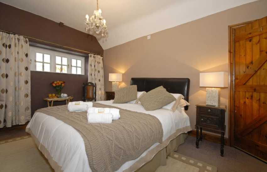 St Davids holiday home - ground floor en-suite master 5' bedroom with Freeview tv/dvd