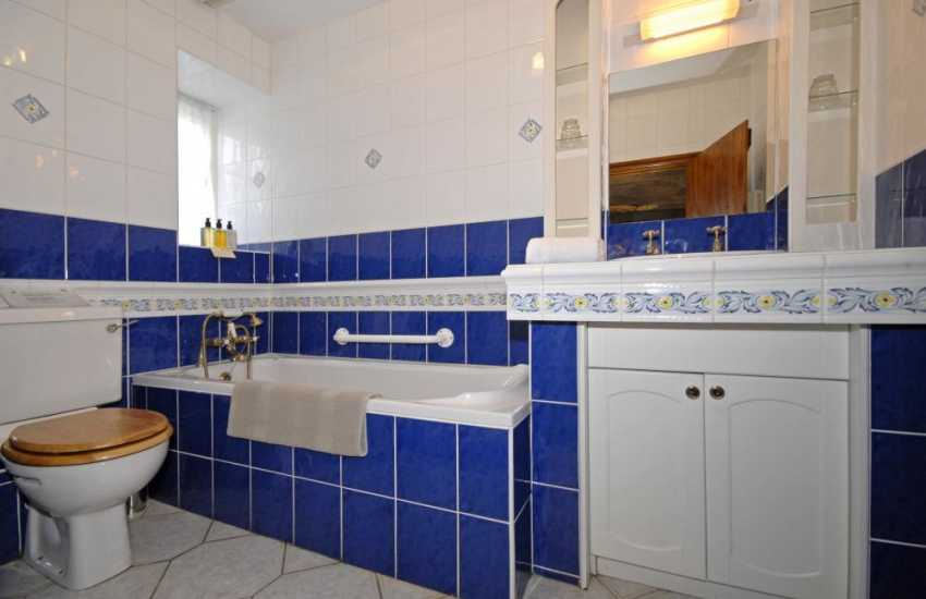 Solva holiday cottage - ground floor twin en-suite bathroom
