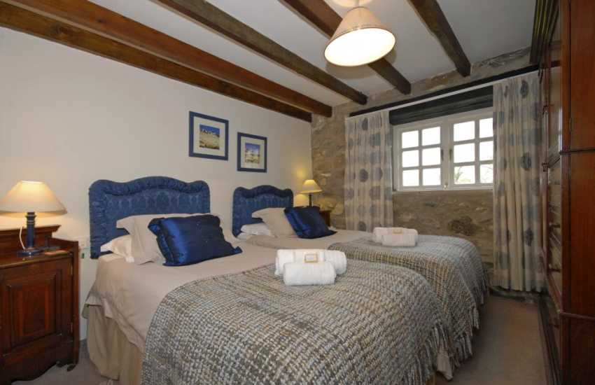 Solva holiday cottage sleeps 8 - ground floor twin with ensuite bathroom