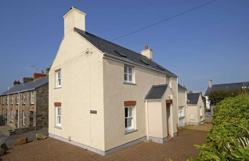 St Davids, Pembrokeshire holiday cottage with parking - pets welcome