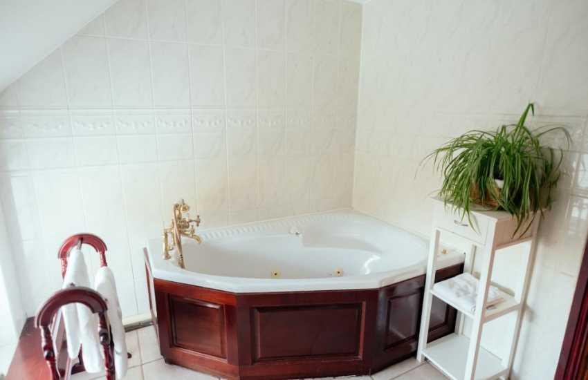 Gower holiday cottage-Jacuzzi corner bath