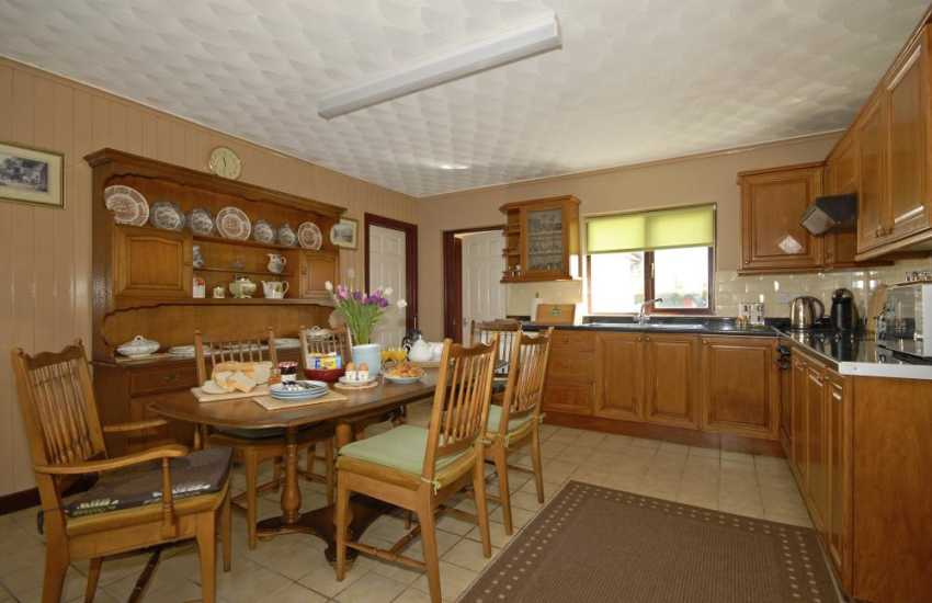 Self catering Pembrokeshire coastal home - country style kitchen/diner