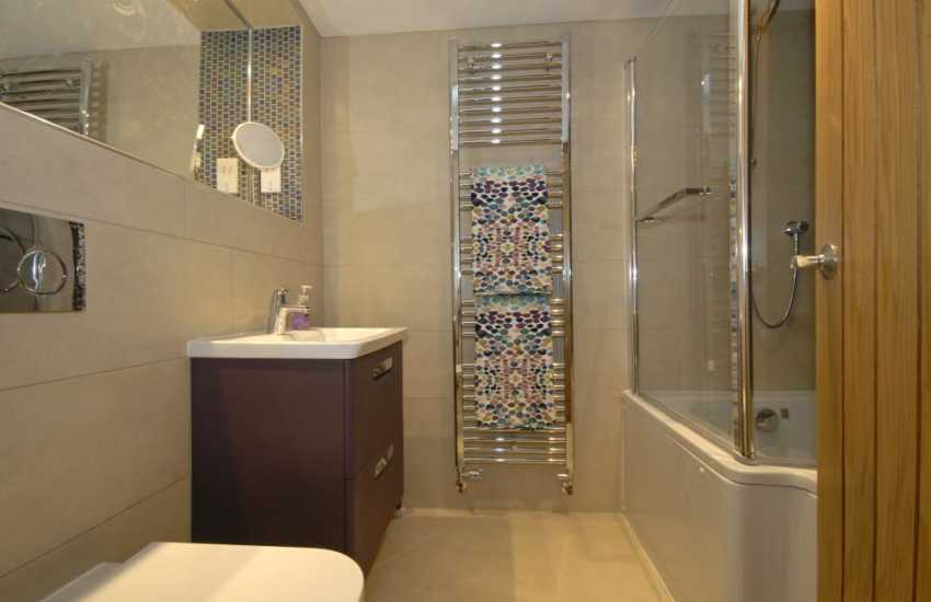 Little Haven Holiday home - 2nd floor master en-suite P shape bathroom with shower over