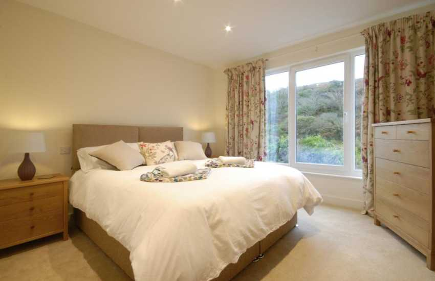 North Pembrokeshire holiday cottage sleeping 10 - ground floor double zip and link bedroom