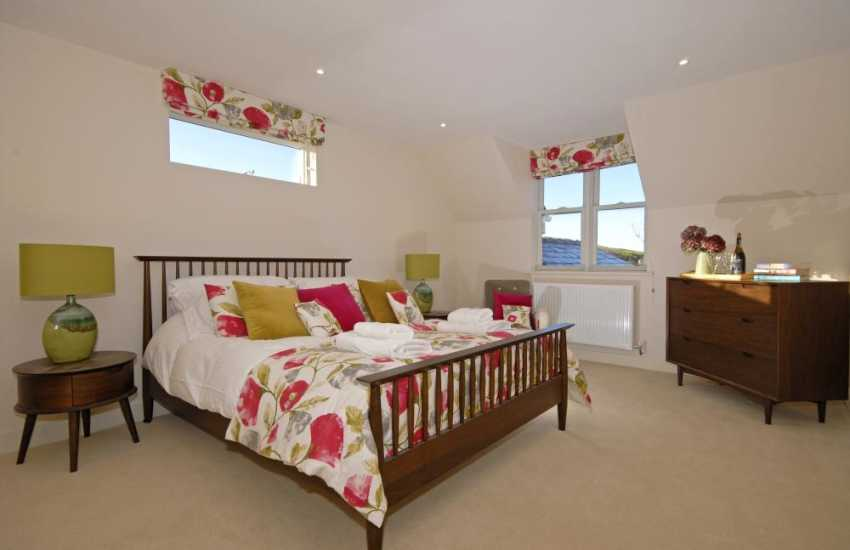 St Brides Bay holiday house - 2nd floor king size master en-suite bedroom