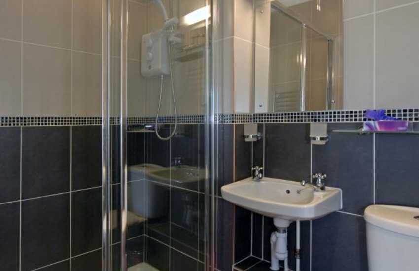 Aberaeron holiday house - twin en-suite shower room