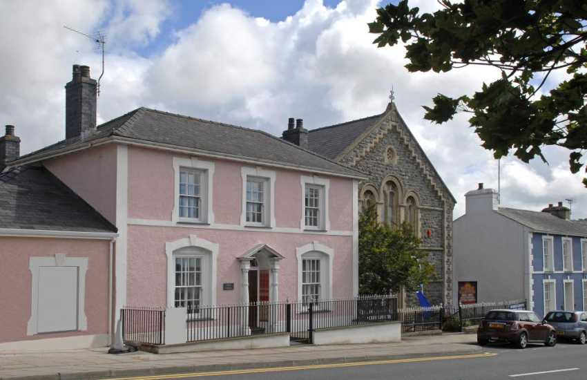Georgian town house in Aberaeron with enclosed rear gardens, parking and pets welcome